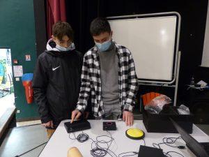 élèves jouant avec l'orgue sensoriel
